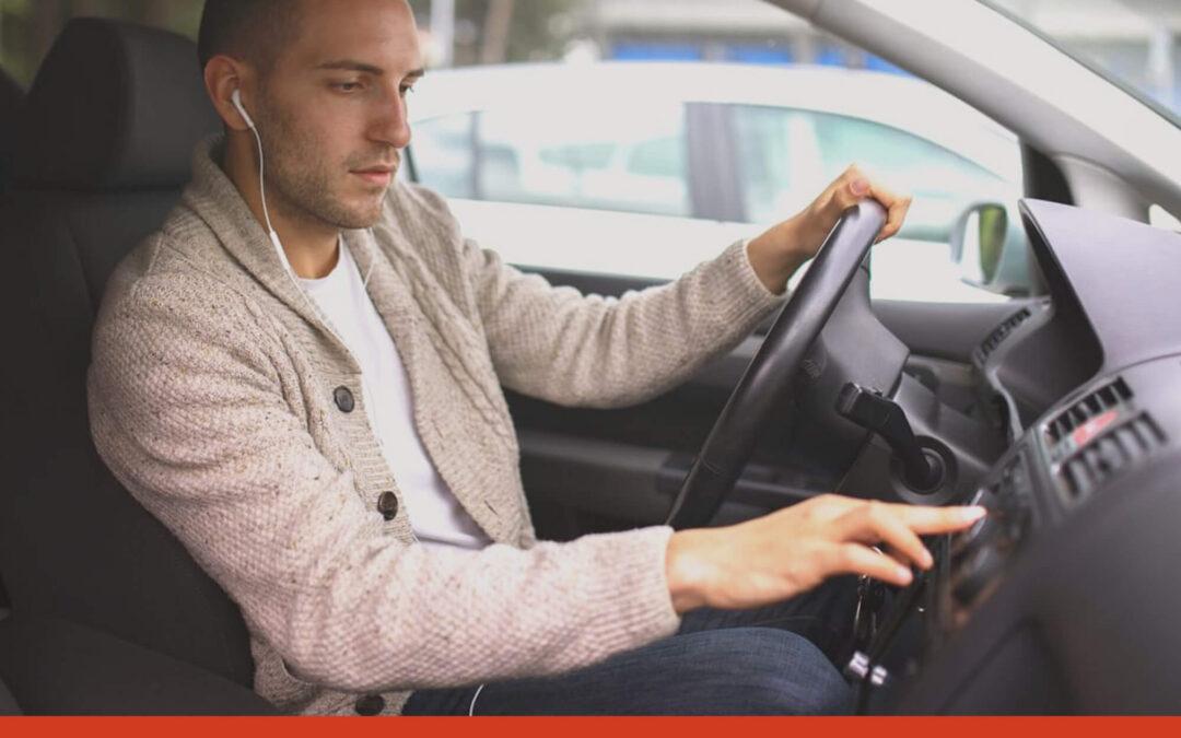 Cómo evitar conducir distraído – Consejo # 1: Quítate los auriculares