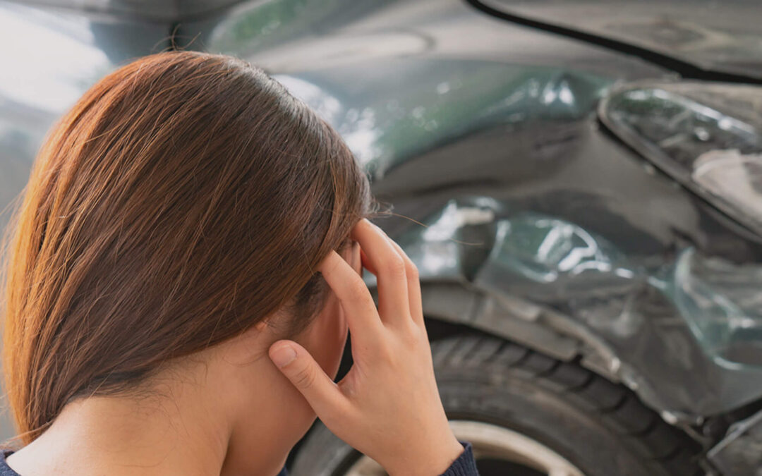 ¿Por qué me duele la cabeza después de un accidente de auto?